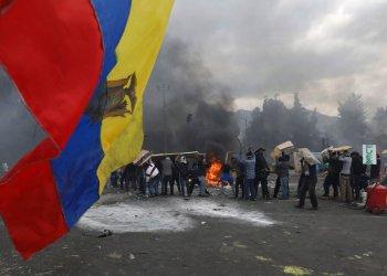 Manifestantes contra el gobierno chocan con la policía en Quito, Ecuador, sábado 12 de octubre de 2019. (AP Foto/Fernando Vergara)