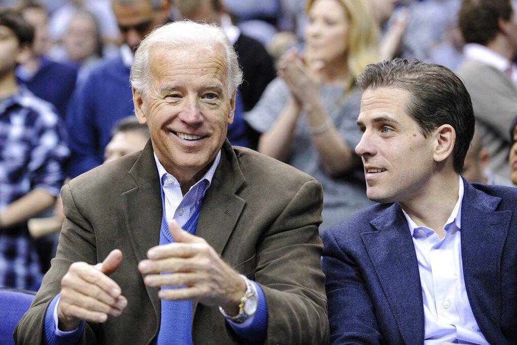 Joe Biden (izq), al lado de su hijo Hunter durante un partido de baloncesto en Washington. Foto: Archivo/Nick Wass/AP.