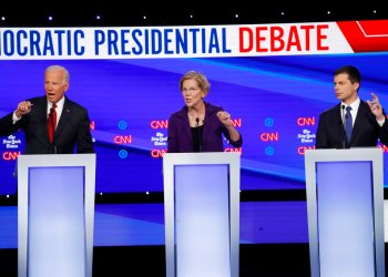 De izquierda a derecha, los aspirantes a la candidatura demócrata, el exvicepresidente Joe Biden (izquierda), la senadora Elizabeth Warren y el alcalde de South Bend, Pete Buttigieg, intervienen en un debate de primarias organizado por CNN y The New York Times en la Universidad de Otterbein, el 15 de octubre de 2019, en Westerville, Ohio. Foto: John Minchillo / AP.