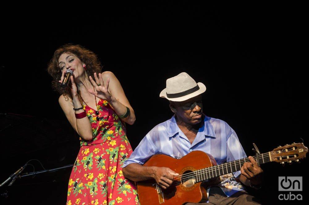 """La cantante española Carmen París en concierto, junto al """"Yoyi"""", en el Teatro Nacional de Bellas Artes de La Habana, el 5 de octubre de 2019. Foto: Enrique Smith."""