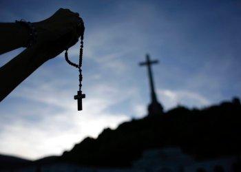 En esta imagen del jueves 3 de octubre de 2019, un fiel sostiene un rosario en el mausoleo del Valle de los Caídos cerca de El Escorial, a las afueras de Madrid, España. Foto: Alfonso Ruiz / AP / Archivo.