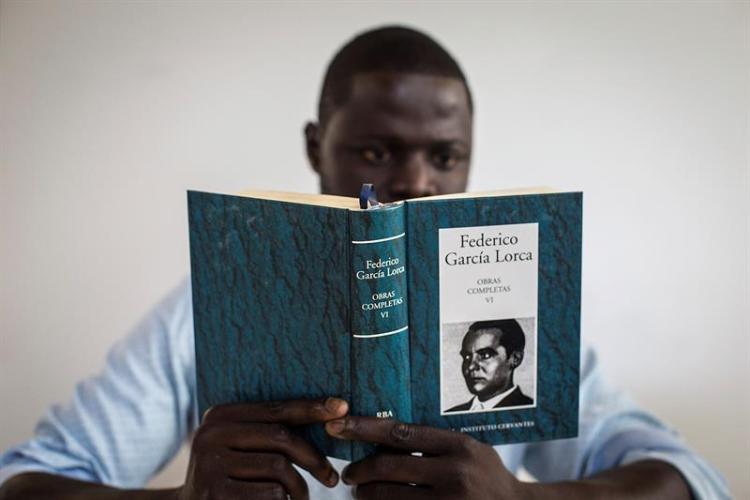 Un estudiante senegalés lee las obras de Federico García Lorca en el Aula Cervantes de Dakar, única sede del Instituto Cervantes en África Subsahariana. Foto: María Rodríguez/EFE.