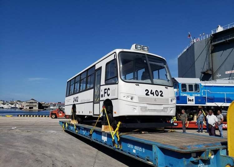 Ferrobus y locomotoras rusas, fabricadas por la empresa Sinara, a su llegada a Cuba. Foto: Ministerio de Transporte de Cuba / Twitter / Archivo.