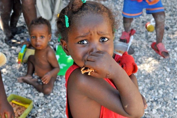 Los ojos de desesperación de una niña haitiana de Cité Soleil, en Puerto Príncipe, dos días después del temblor de enero del 2010. Foto: Rui Ferreira