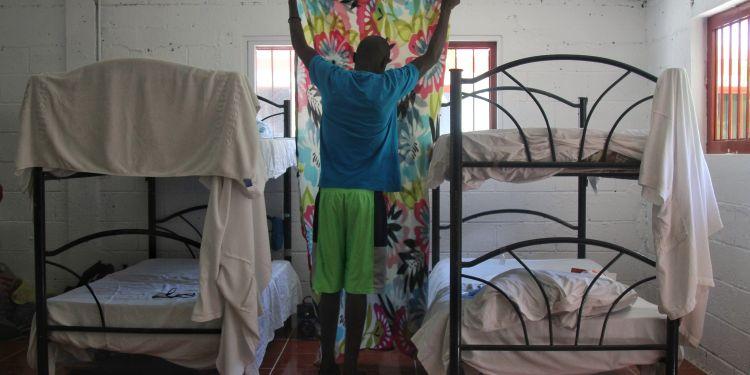 Un grupo de 21 haitianos más un nicaragüense llegaron este viernes a la Riviera Maya, Caribe mexicano, en un programa piloto para bajar la presión por el ingreso de migrantes centroamericanos a México por la frontera con Guatemala. Foto: Juan Manuel Valdivia/EFE.