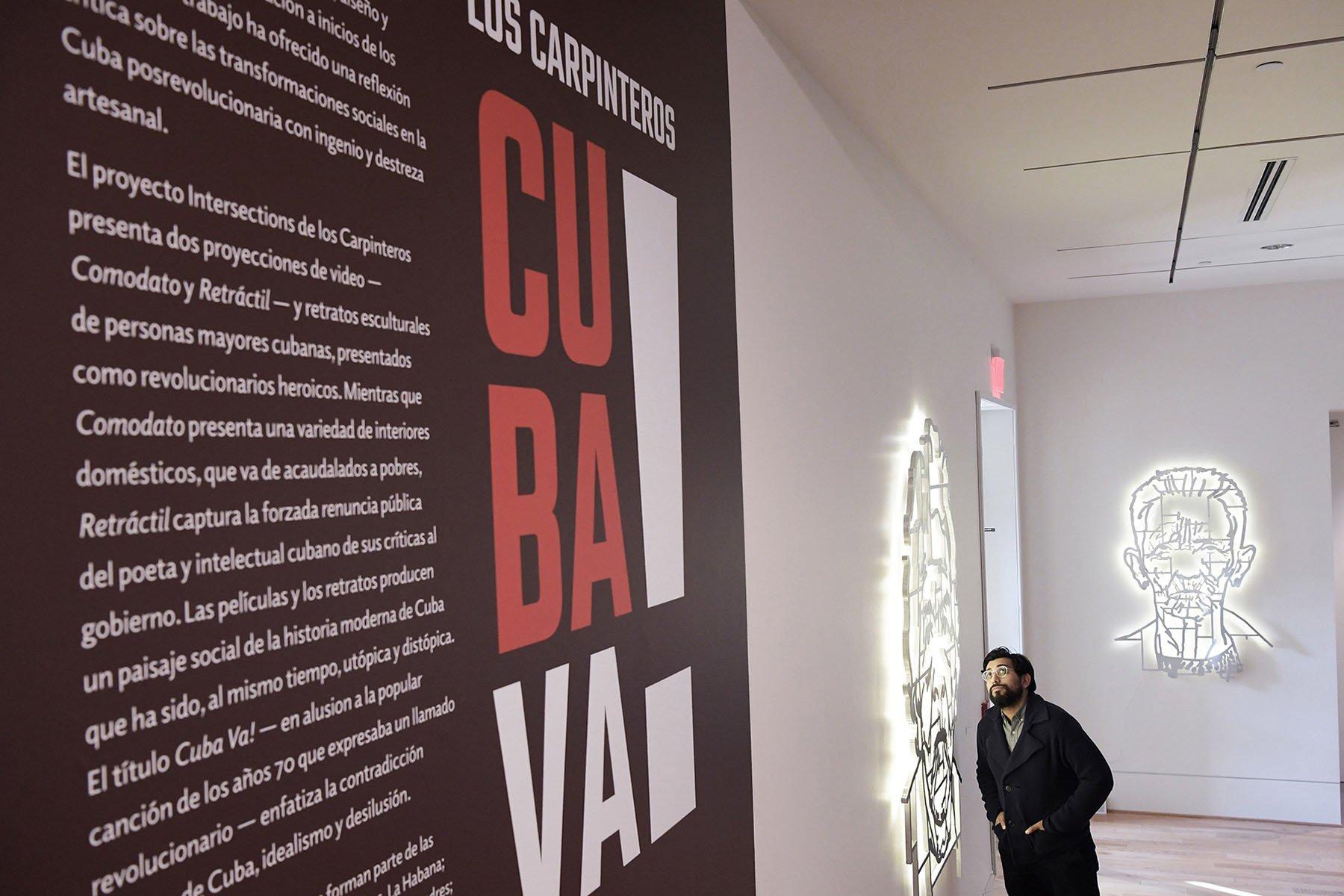 """Un hombre observa una de las obras del colectivo artístico """"Los Carpinteros"""" durante una visita a la exposición """"Cuba Va!"""" este jueves en la Phillips Collection en Washington, Estados Unidos. Foto: Lenin Nolly / EFE."""