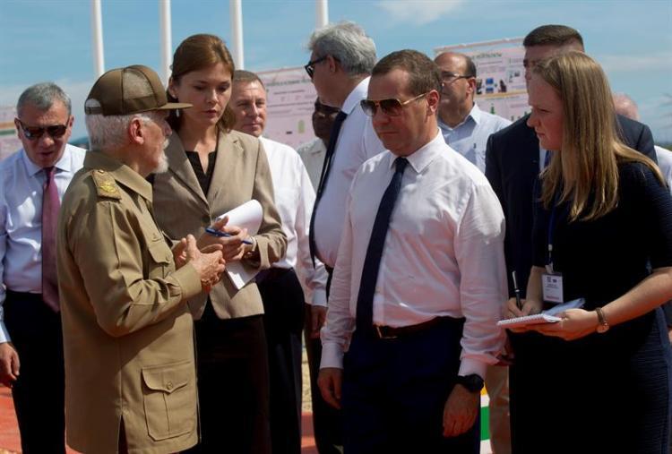 El comandante Ramiro Valdés y el primer ministro de Rusia, Dimitri Medvédev durante la inauguración de un complejo de producción petrolera, en Boca de Jaruco. Foto: EFE.