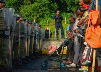 Migrantes se enfrentan a miembros de la Guardia Naciona cerca del municipio Tuzantán, en el estado de Chiapas, México, el sábado 12 de octubre de 2019. (AP Foto/Isabel Mateos)