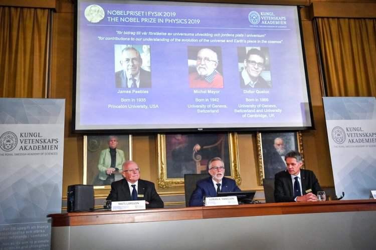 Goran K. Hansson, en el centro, secretario general de la Academia Sueca de Ciencias, y los académicos Mats Larsson, a la izquierda, y Ulf Danielsson, anuncian los ganadores del Nobel de Física 2019 en una conferencia de prensa en la Academia Sueca de Ciencias en Estocolmo, Suecia, el martes 9 de octubre de 2019. Foto: Claudio Bresciani / TT vía AP.