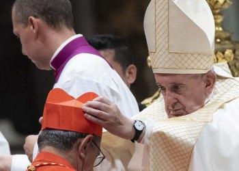 El Papa Francisco coloca la birreta cardenalicia al arzobispo de La Habana, Monseñor Juan de la Caridad García, durante el consistorio realizado en el Vaticano el 5 de octubre de 2019. Foto: Claudio Peri / EFE.