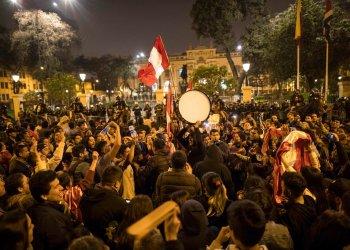 Manifestantes reunidos para protestar contra el Congreso de Perú, tras la disolución de este por el presidente Martin Vizcarra. Foto: Rodrigo Abd / AP.