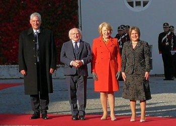 Los presidentes de Cuba, Miguel Díaz-Canel (i), e Irlanda, Michael Higgins, junto a sus esposas, durante el recibimiento oficial del mandatario cubano en el palacio presidencial irlandés, en Dublín, el 21 de octubre de 2019. Foto: @PresidenciaCuba / Twitter.