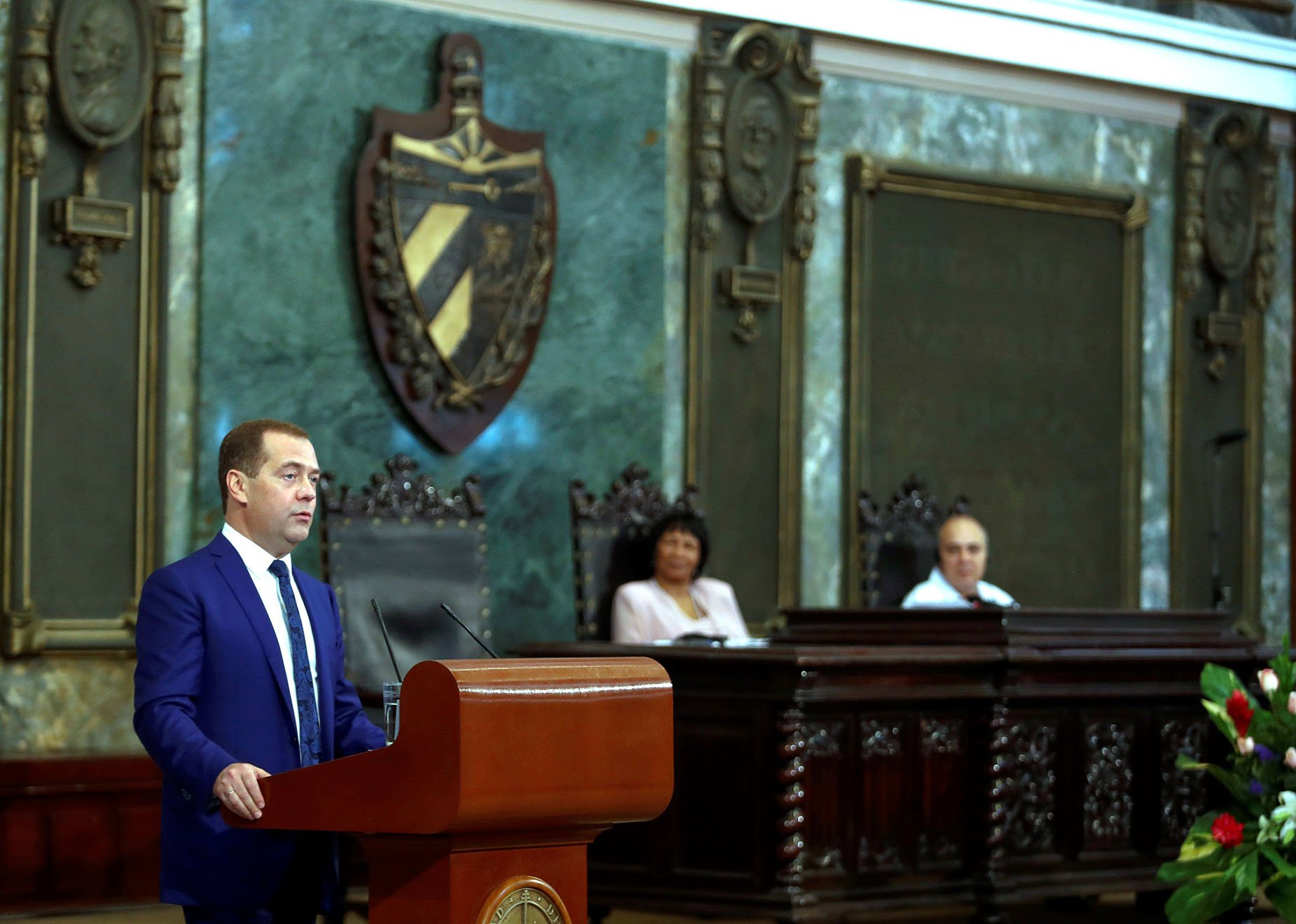 El primer ministro de Rusia, Dmitri Medvédev, pronuncia un discurso durante la ceremonia donde ha fue investido con el título de doctor Honoris Causa en Ciencias Políticas por la Universidad de La Habana, el viernes 4 de octubre de 2019 en La Habana. Foto: Yander Zamora / EFE.