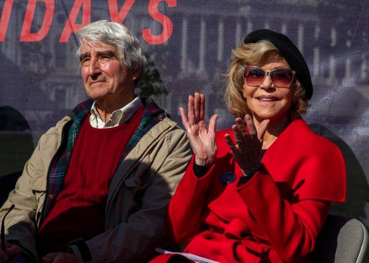 Los actores Sam Waterston y Jane Fonda asisten a una manifestación en el Capitolio en Washington el viernes 18 de octubre de 2019.  Foto: Manuel Balce Ceneta/AP.