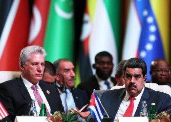 El presidente cubano Miguel Díaz-Canel (i) durante la 18 Cumbre del Movimiento de Países No Alineados, en Bakú, Azerbaiyán, el 25 de octubre de 2019. A su lado el presidente de Venezuela Nicolás Maduro. Foto: EFE/EPA/AZERTAC.