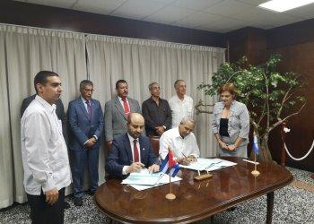 Abdulhamid Alkhalifa, director general de OFID (der) y Antonio Rodríguez, presidente del Instituto Nacional de Recursos Hidráulicos firman acuerdo de préstamo. Foto: twitter.com/AntonioRdguezR