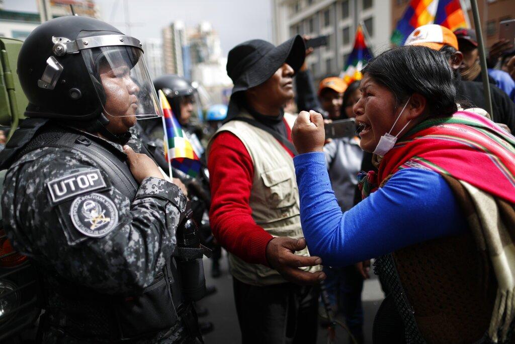 Una partidaria del expresidente de Bolivia Evo Morales grita a un policía y le dice que respete a los indígenas del país, en La Paz, Bolivia, el martes 12 de noviembre de 2019. Foto: Natacha Pisarenko / AP.