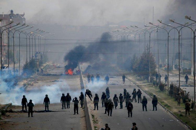 Las fuerzas de seguridad vigilan el camino que conduce a una planta de gas en El Alto, en las afueras de La Paz, Bolivia, mientras los partidarios del expresidente Evo Morales establecieron barricadas el martes 19 de noviembre de 2019. (AP Foto / Natacha Pisarenko)