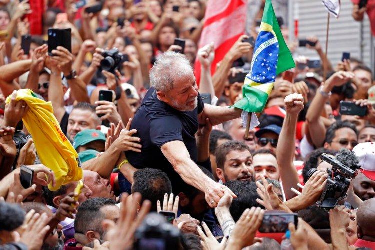 El expresidente brasileño Luiz Inácio Lula da Silva es cargado por simpatizantes durante una manifestación frente afuera del Sindicato de Trabajadors Metalúrgicos en Sao Bernardo do Campo, en Brasil, el sábado 9 de noviembre de 2019. (AP Foto/Nelson Antoine)