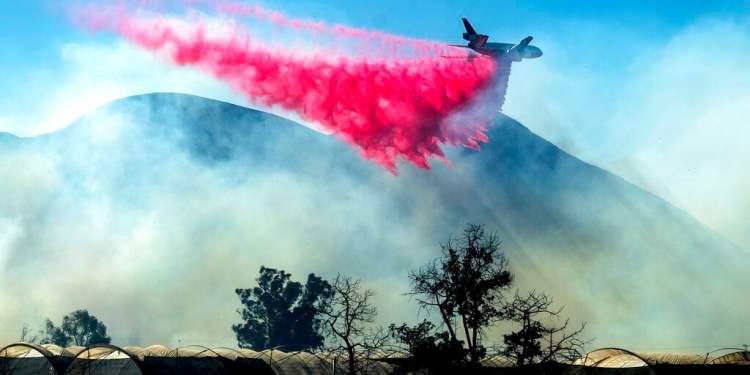 Un avión cisterna deja caer retardante sobre un incendio en California, el viernes 1 de noviembre de 2019. Foto: Noah Berger/AP.
