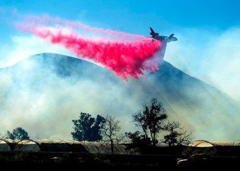 Un avión cisterna deja caer retardante sobre el incendio María cerca de Santa Paula, California, el viernes 1 de noviembre de 2019. Foto: Noah Berger/ AP.
