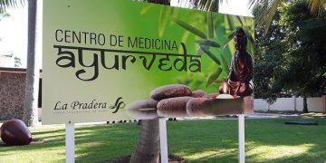 """Entrada del primer centro de medicina ayurveda en Cuba, inaugurado en el Centro Internacional de Salud """"La Pradera"""". Foto: María del Carmen Ramón / Cubadebate."""