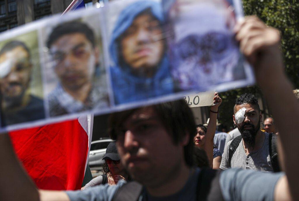 Manifestantes protestan en apoyo a quienes resultaron heridos en los ojos por la policía chilena en Santiago, el jueves 28 de noviembre de 2019. Foto: Esteban Felix / AP.