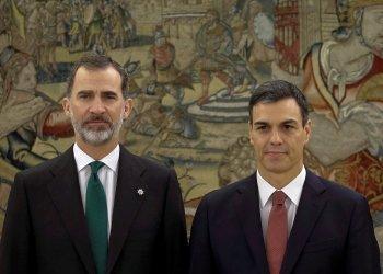 El rey Felipe VI y el presidente en funciones, líder del PSOE, Pedro Sánchez. Foto: emilio Naranjo/publico.es.
