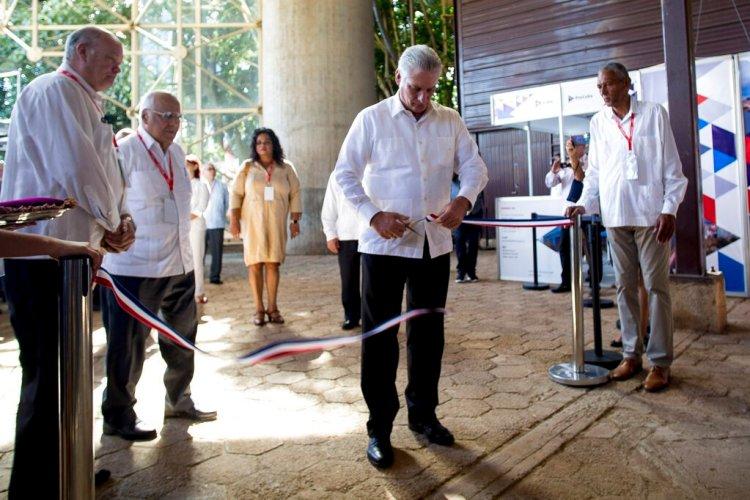 El presidente cubano Miguel Diaz-Canel corta el listón inaugural de la  Feria Internacional de La Habana Foto: Ismael Francisco/AP