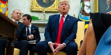 El presidente Donald Trump habla durante una reunión con el presidente turco Recep Tayyip Erdogan en la Oficina Oval en la Casa Blanca el miércoles 13 de noviembre de 2019 en Washington. Foto: AP/Evan Vucci