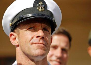En esta foto de archivo del 2 de julio de 2019, el suboficial de la armada Edward Gallagher sale de un tribunal en la Base Naval de San Diego. Foto: Gregory Bull / AP / Archivo.