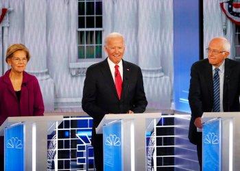 De izquierda a derecha, la senadora demócrata por Massachusetts Elizabeth Warren, el ex vicepresidente Joe Biden y el senador independiente por Vermont Bernie Sanders, tres de los aspirantes a la candidatura demócrata a la presidencia de Estados Unidos, durante un debate para las primarias, el miércoles 20 de noviembre de 2019 en Atlanta, Estados Unidos. Foto: John Bazemore / AP.