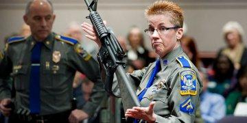 En esta foto de archivo, la detective Barbara Mattson de la policía estatal de Connecticut muestra un fusil AR-15 Bushmaster, el mismo modelo utilizado por Adam Lanza en la masacre de la escuela primaria de Sandy Hook, en Estados Unidos. Foto: Jessica Hill / AP / Archivo.