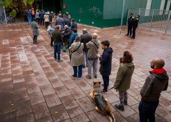 Cola para votar ante un colegio electoral para las elecciones generales españolas, en Barcelona, España, el domingo 10 de noviembre de 2019. Foto: AP /Emilio Morenatti.