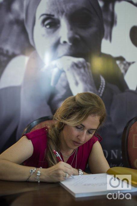 Yailín Alfaro en la presentación de libro sobre Alicia Alonso