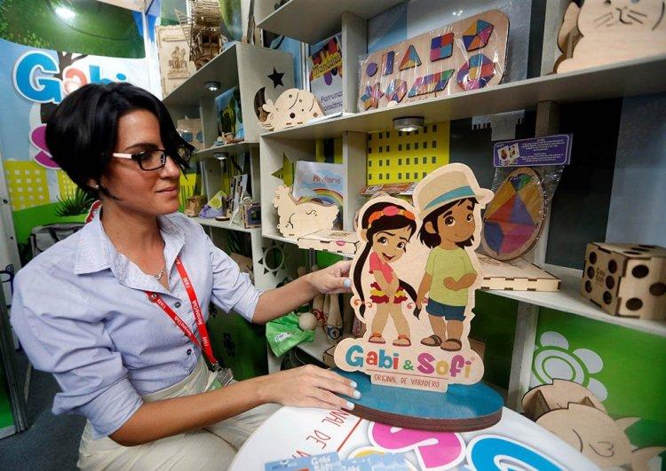 Sarilén Morales, jefa del equipo de comunicación online de Decorarte, la cooperativa autónoma que fabrica la línea Gabi & Sofi, en su stand en la 37 Feria Internacional de La Habana, el 6 de noviembre de 2019. Foto: Ernesto Mastrascusa / EFE.
