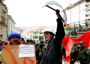 Opositores al expresidente boliviano Evo Morales frente al palacio presidencial en La Paz, Bolivia, el lunes 11 de noviembre de 2019. Foto: Natacha Pisarenko / AP.