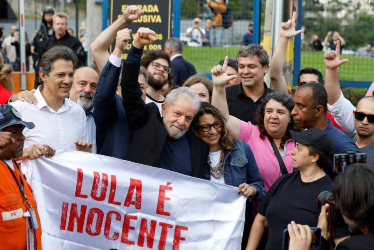 El expresidente de Brasil, Lula da Silva a su salida de prisión. Foto: El País