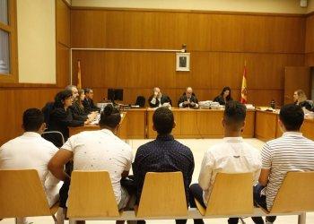 Cinco de los acusados, este martes en la Audiencia de Barcelona. Foto: elperiodico.com