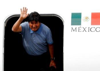Evo Morales, que le otorgó asilo luego de su renuncia como presidente de Bolivia, saluda a su llegada a Ciudad de México, el martes 12 de noviembre de 2019. Foto: Eduardo Verdugo / AP.