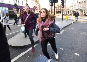 La gente se apresura para evacuar el Puente de Londres después de un incidente, el viernes 29 de noviembre de 2019. Foto: Dominic Lipinski/ AP.