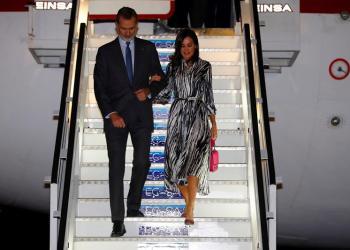 El Rey Felipe VI y la Reina Letizia a su llegada esta noche al aeropuerto Internacional José Martí en La Habana, donde inician un viaje oficial de cuatro días a Cuba, y que se enmarca en la conmemoración de los 500 años de la fundación de La Habana. Foto: Juan Carlos Hidalgo / EFE.