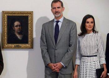 Los reyes de España, Felipe VI y Letizia, posan delante del Autorretrato de Goya, durante la visita realizada al Museo de Bellas Artes en La Habana. EFE/Juan Carlos Hidalgo.