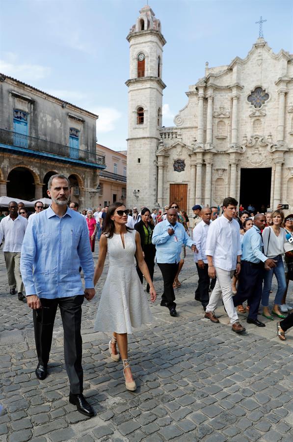 """Los Reyes durante un paseo por la """"Habana Vieja"""" en su visita de Estado de tres días a Cuba, la primera de la historia que hace un monarca español, que coincide con el 500 aniversario de la fundación de La Habana. Foto: EFE/Juan Carlos Hidalgo"""
