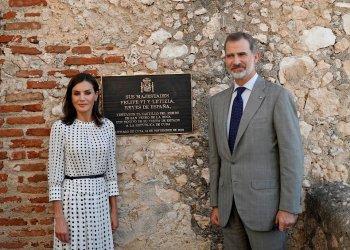 El Rey Felipe y la Reina Letizia posan para una foto junto a la placa expuesta en honor a su visita en el Castillo San Pedro de la Roca del Morro, el jueves 14 de noviembre del 2019, en Santiago de Cuba. Foto: Yander Zamora/POOL/EFE.