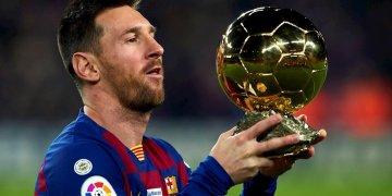 El delantero argentino del FC Barcelona, Lionel Messi ofrece a los aficionados su sexto Balón de Oro junto a sus hijos antes del partido correspondiente a la decimosexta jornada de LaLiga entre el FC Barcelona y el RCD Mallorca dispuado en el Camp Nou, en Barcelona, el sábado 7 de diciembre de 2019. Foto: Alejandro García / EFE.