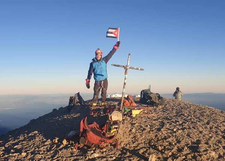Yandy Núñez en la cima del Pico de Orizaba, la montaña más alta de México. Foto: Tomada de su perfil de Facebook.