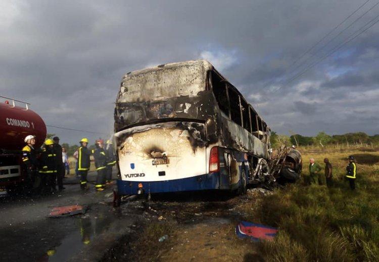 Ómnibus involucrado en un accidente masivo en la provincia de Ciego de Ávila, en el centro de Cuba, el 16 de diciembre de 2019. Foto: Karín Gómez / Facebook.