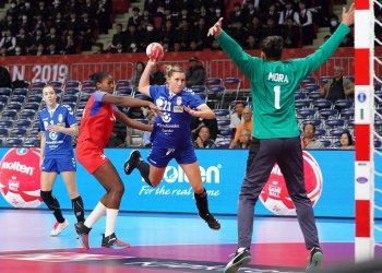 Momento del partido de balonmano femenino entre Cuba (rojo) y Serbia (azul), ganado por las europeas, en el Campeonato Mundial de Kumamoto, Japón, el 2 de diciembre de 2019. Foto: Hiroshi Yamamura / EFE.