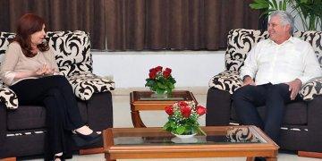 En esta imagen de archivo Díaz-Canel (der) conversa con Cristina Fernández, durante una visita privada de la expresidenta argentina a Cuba. Foto: presidencia.gob.cu